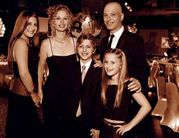 Image of Terry Mandel with her husband Howie Mandel and their kids